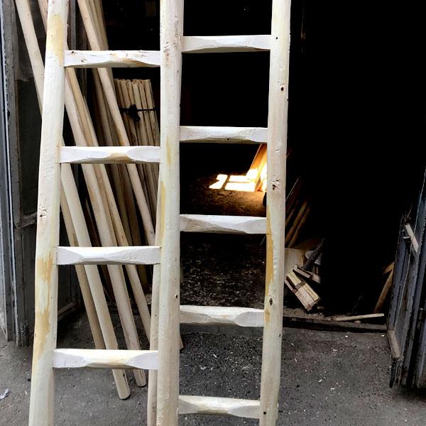 نردبان چوبی